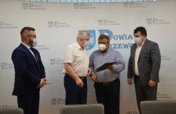 """Podpisanie umowy na zadanie: """"Budowa boiska sportowego wielofunkcyjnego przy ul. Szkolnej w Przeworsku"""""""